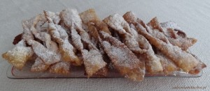 Faworki z cukrem pudrem